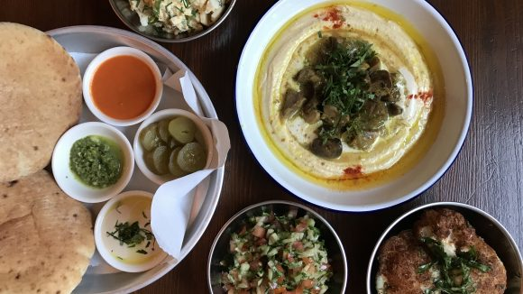 Hummus, israelischer Salat, Eiersalat, Blumenkohl, Brot
