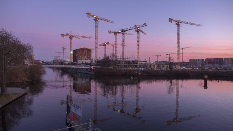 Abenddämmerung über Kränen an Baustelle Heidestraße am Berlin-Spandauer Schifffahrtskanal (im Vordergrund)