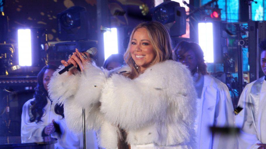 Mariah Carey in einem Plüschmantel auf der Bühne.