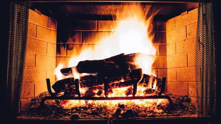Ein Feuer im Kamin macht den Restaurantbesuch im Winter perfekt.