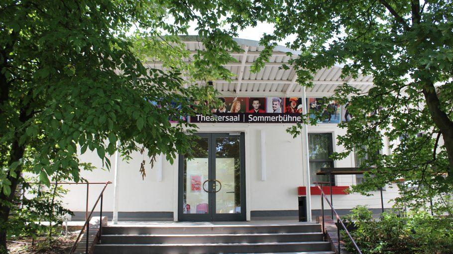 Eingang zu weißem Gebäude mit Blech-Vordach: Theatersaal der ufaFabrik Tempelhof