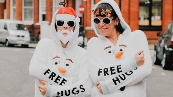 Zwei Frauen im Schneemannkostüm bieten free hugs an