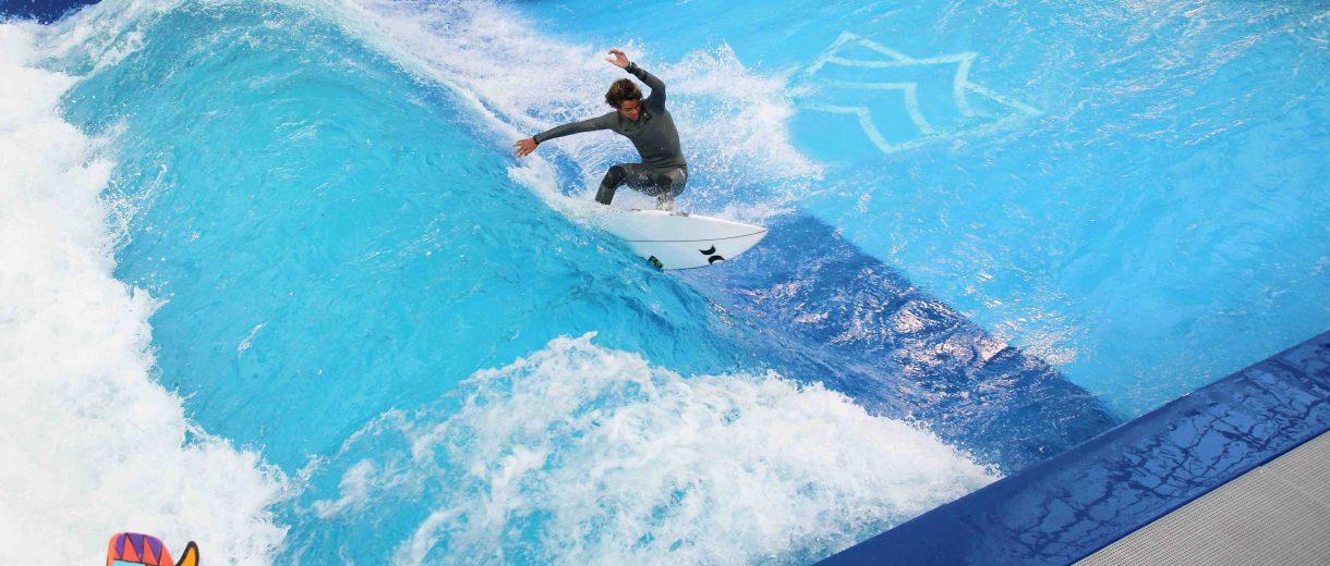 Ein Surfer auf einer stehenden Welle.