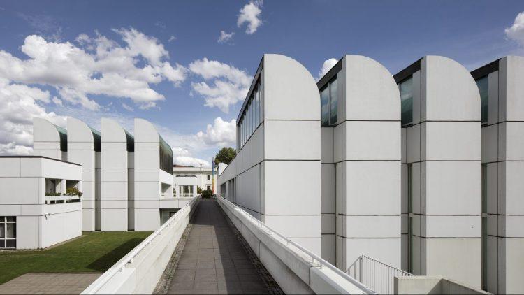 Bauhaus-Archiv Museum für Gestaltung in Berlin unter blauem Himmel: weißes Gebäude im Bauhaus-Stil