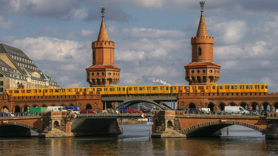 Gelbe U-Bahn der BVG auf der Oberbaumbrücke in Berlin