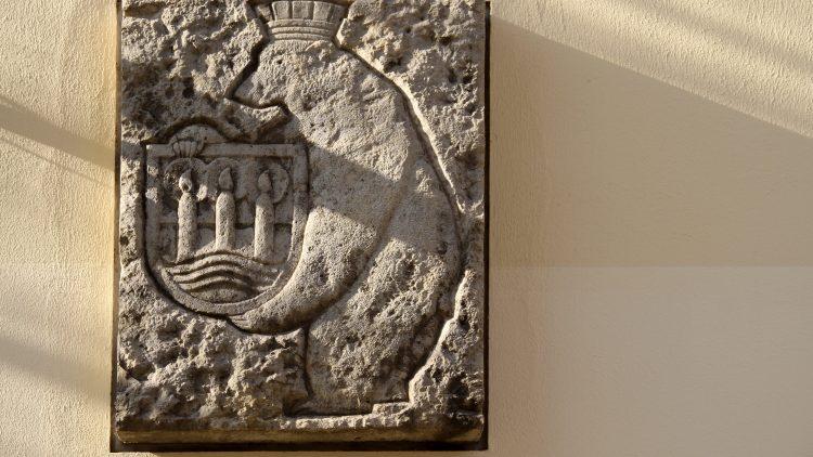 Lichterfelder Wappen aus Stein an der Wand