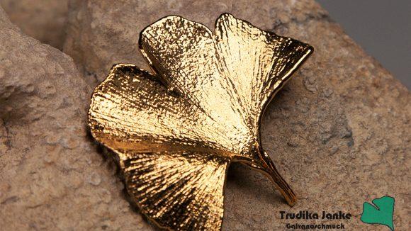Vergoldetes Gink-Blatt auf einem Stein ausgestellt im Trudika-Online-Shop von der Firma Janke aus Berlin.
