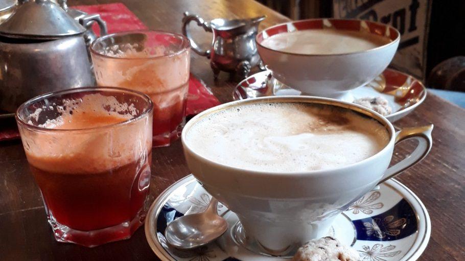 Zwei Tassen Kaffee mit Saft