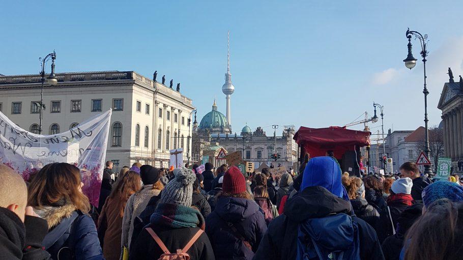 Demo mit Frauen und Männern in Berlin, im Hintergrund Fernsehturm und Berliner Dom