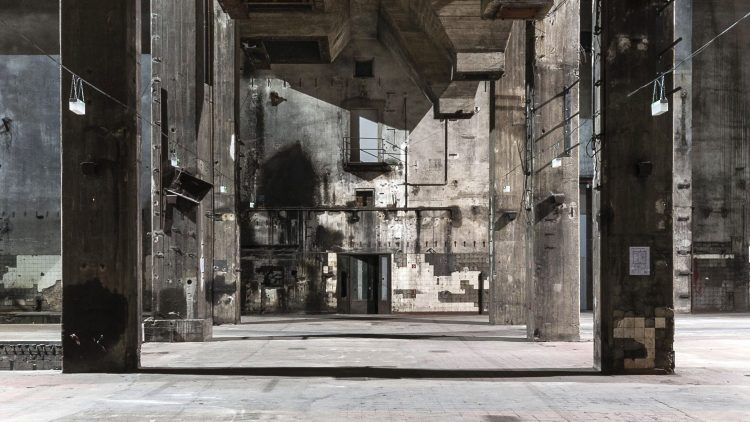Große Säulen und urbane Architektur am Berghain Berlin.