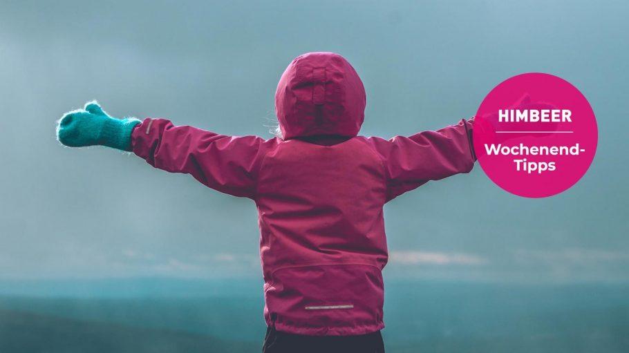 Kind mit Winterjacke und Handschuhen von hinten