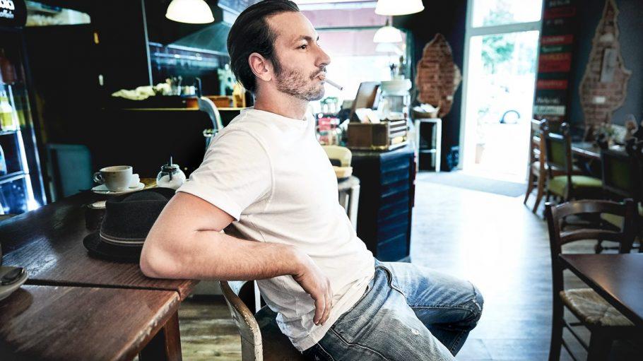 Ruhig sitzen bleiben, ist nicht Arnels Stärke. Das ist wohl auch der Grund, warum der Schauspieler sich nicht auf einen Kiez festlegt.