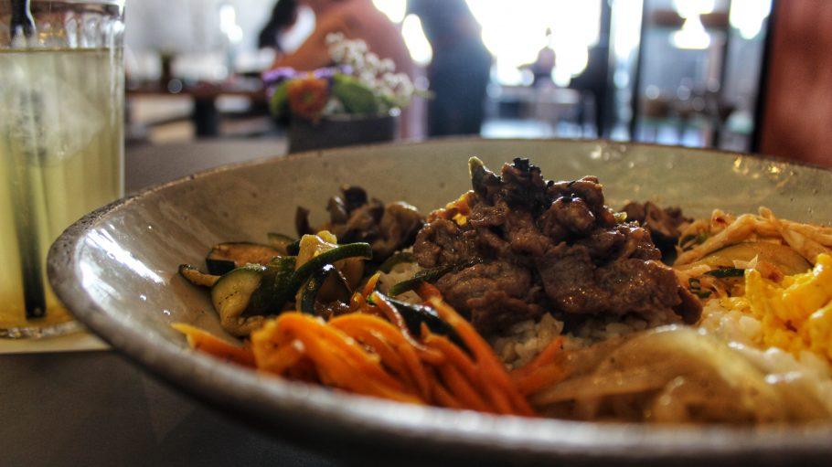 Farbenfreudig und so lecker! Das Bibimbap im NaNum ist eine gute Lunchalternative.