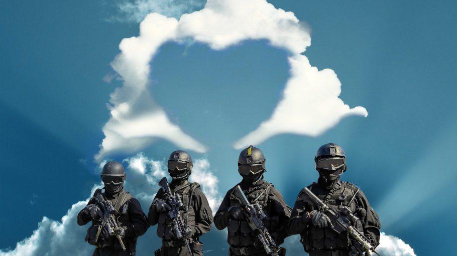 Vier SEK-Beamte vor blauem Himmel mit einem Herz aus Kondenzstreifen.