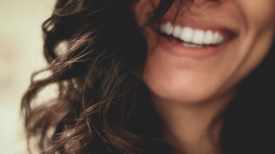 Frau mit schönen Zähnen lächelt breit