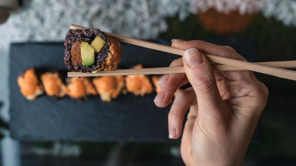Veganes Sushi mit schwarzem Reis im Restaurant Secret Garden
