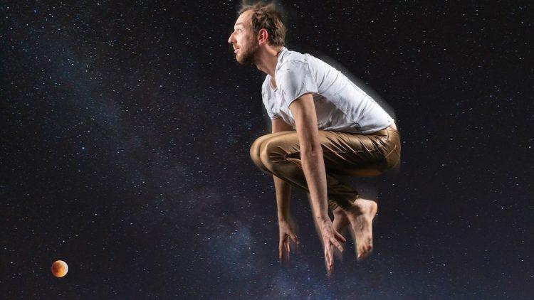 Mann springt und es sieht aus, als wäre er im Weltall