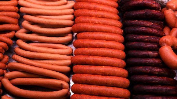 Wienerwürste, Paprikawürste und die besten Blutwürste Berlins in der Auslage einer Fleischerei in Neukölln.