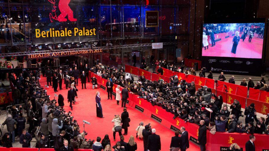 Roter Teppich auf der Berlinale 2019 mit Schauspielern und Fotografen aus der Vogelperspektive.