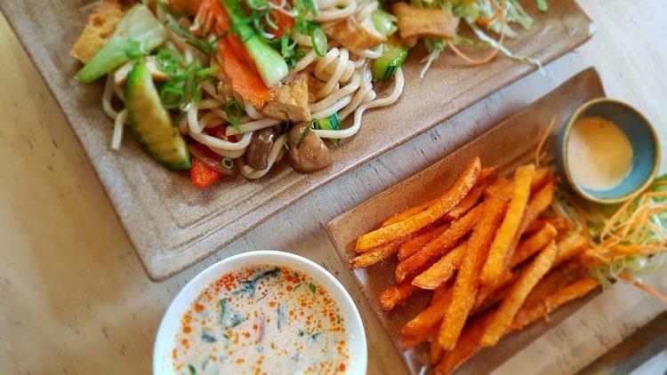 Nudeln mit Gemüse, Süßkartoffelpommes und Kokosmilchsuppe