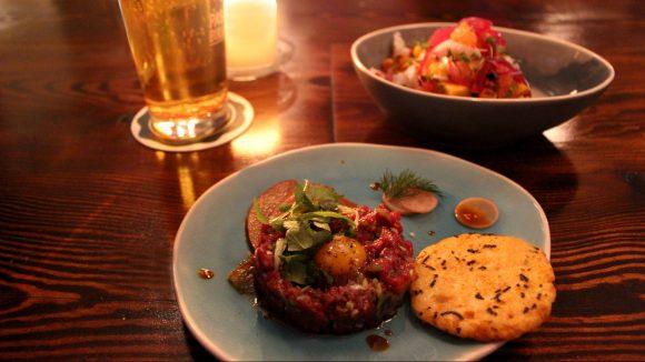 Das Essen im Paolo Pinkel - ein asiatische Beef Tatatr mit Wachtelei, im Hintergrund steht das Ceviche.