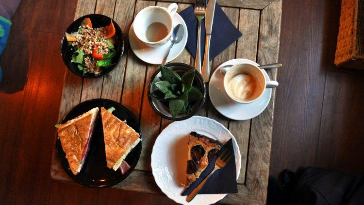 Salat, Clubstulle, hausgemachte Kuchen und Kaffee für Liebhaber gibt's im Gastro-Norm in Oberschöneweide.