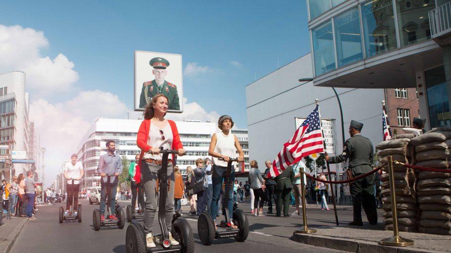 Geführte Berlin Tour mit dem Segway am Checkpoint Charlie