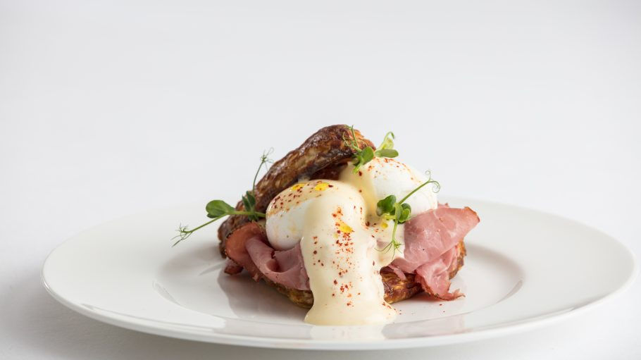 Eggs Benedict auf Laugenbrötchen mit Pastrami