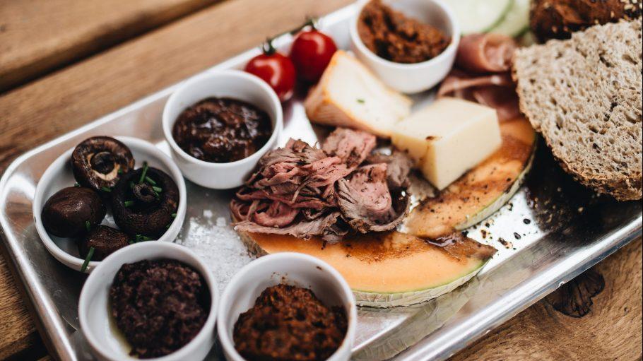 Ein Tablett mit Essen, AUfstrichen, Marmelade und Käse.