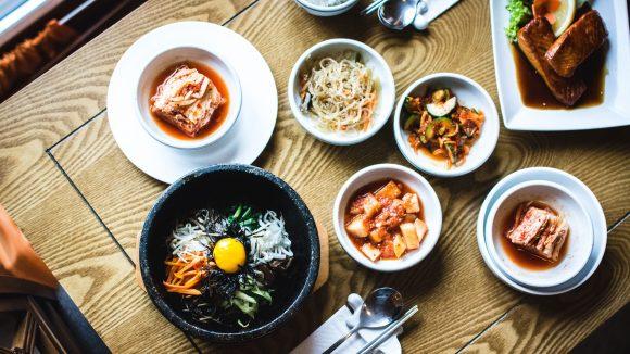 Verschiedene koreanische Gerichte in Schüsseln auf Tisch