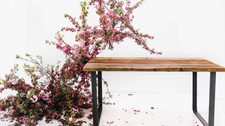 Tisch von Kentholz mit Blumendeko