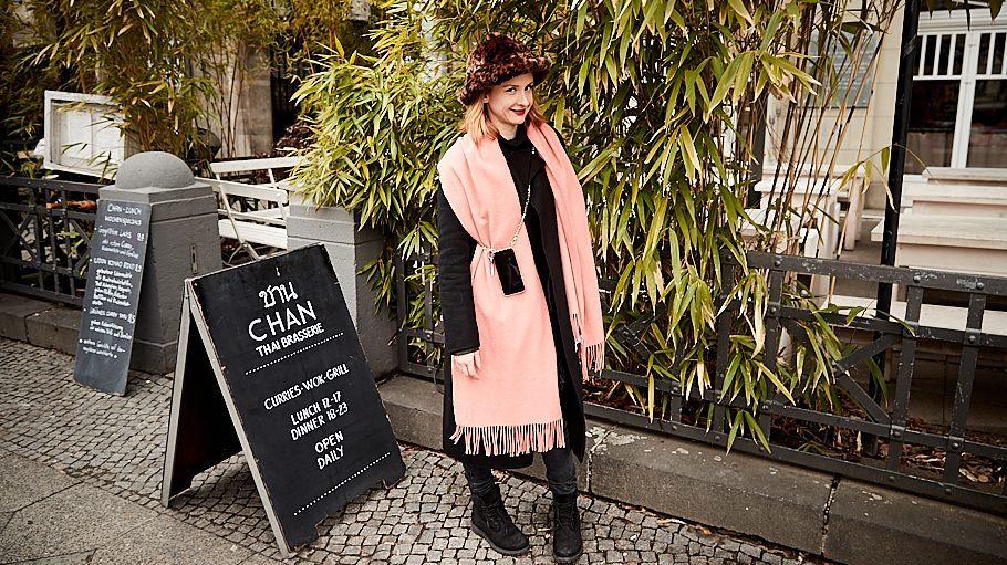Leslie Clio steht vor dem Restaurant Spindler.