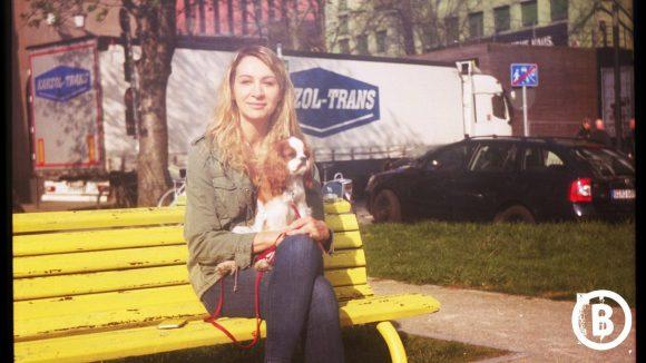 Frau mit Hund auf einer Bank im Bezirk Mitte