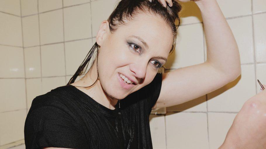 Die Sängerin Sophie Hunger sitzt im Bad mit nassen Haaren und kratzt sich am Kopf.