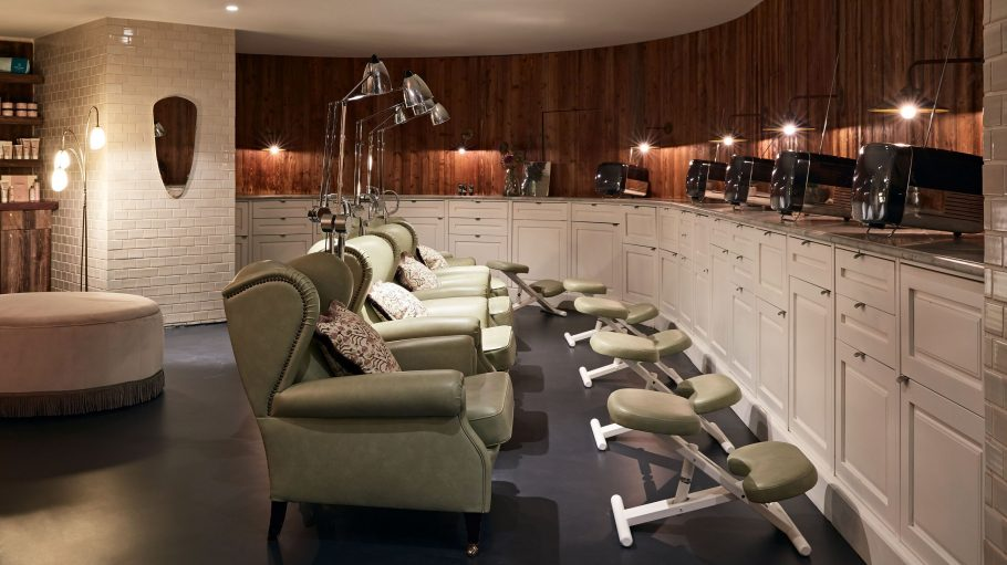 Spa-Bereich im Soho House mit weißen Ledersesseln, hellen Fließen an der Wand und einer gemütlichen Atmosphäre.