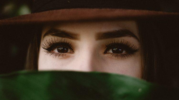 Mädchen guckt mit langen Wimpern in die Kamera