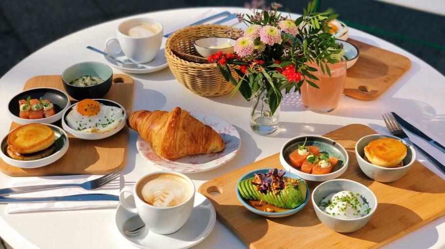 Frühstückstisch im Venue mit Eiern, Pancakes und Avocado