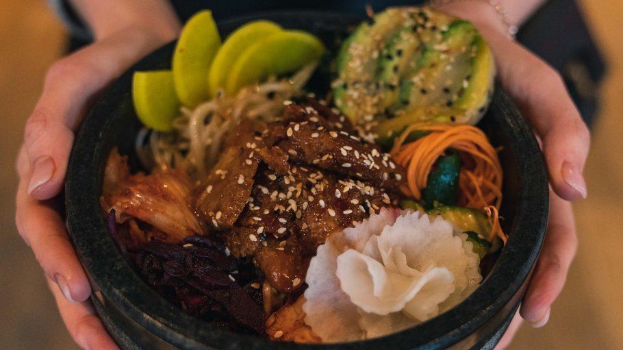 Vegane Bowl mit Avocado