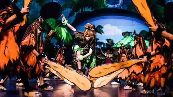 """Aufnahme von als Urmenschen verkleideten Darstellern im Musical """"Spiel mit der Zeit"""" vom Friedrichstadt-Palast Berlin"""