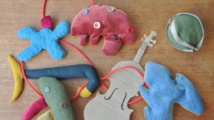 Musikinstrumente und Spielzeug auf Holzboden