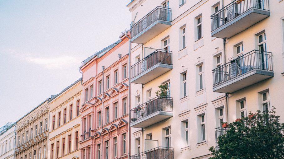 Altbauhäuser mit Balkonen in Berlin