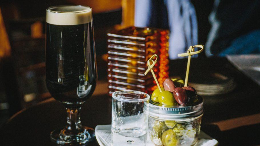 Bier und Snacks zum St. Patrick-Tag
