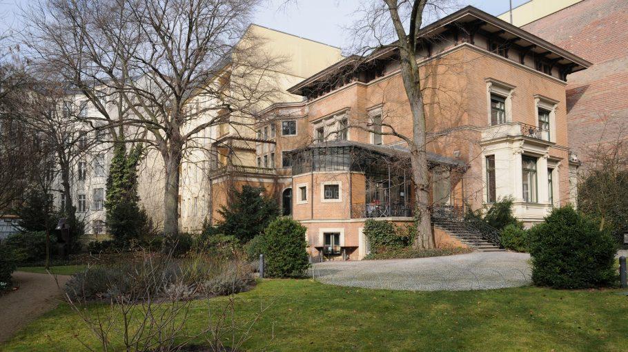 Beige-braune Villa mit Garten und laublosen Bäumen: Literaturhaus Berlin