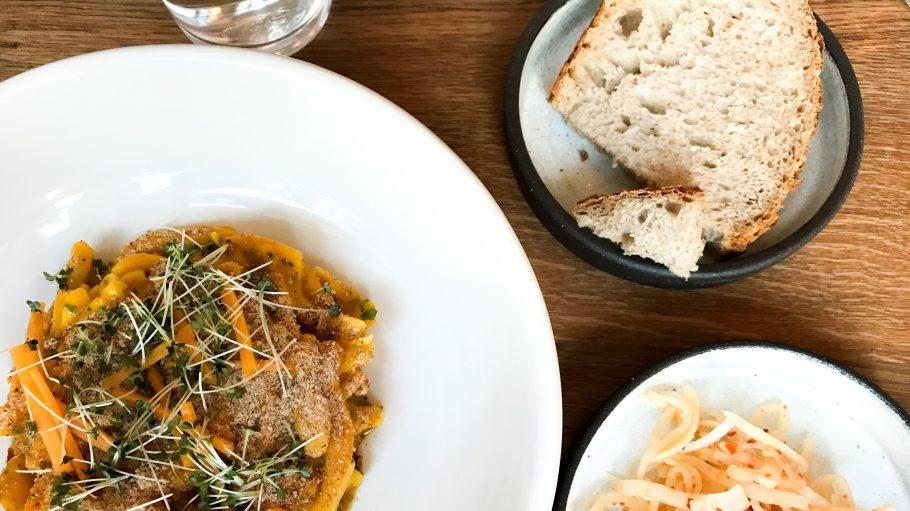 Nudeln mit Kresse in Schüssel , KimChi und Brot auf Tisch