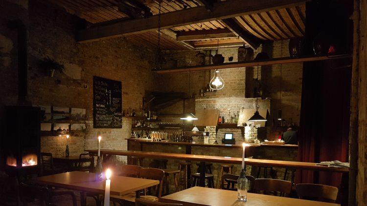 innenraum einer Bar am Abend