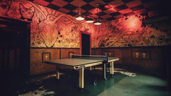 Tischtennisplatte vor bemalter Wand in der Minimal Bar Berlin
