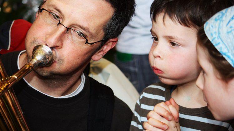 Mann und Kind mit Trompete