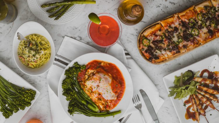 Italienische Speisen auf weißer Tischdecke