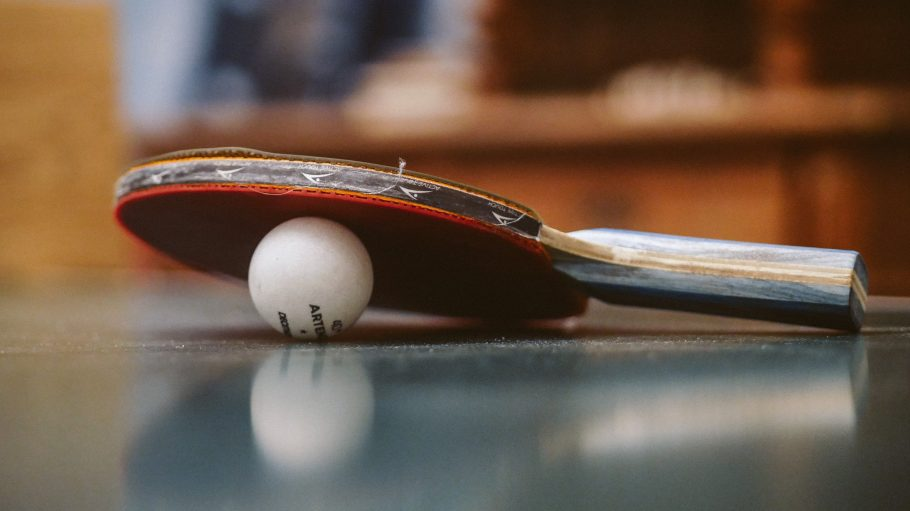 Tischtenniskelle auf Tischtennisball