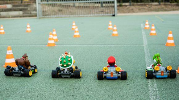 Mario-Figuren auf Spielfeld mit Verkehrskegeln